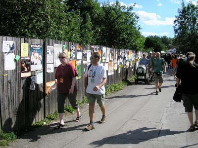 Nabídek růzuných hudebních lahůdek byl tradičně plný plot u cesty mezi Kapličkou a amfiteátrem